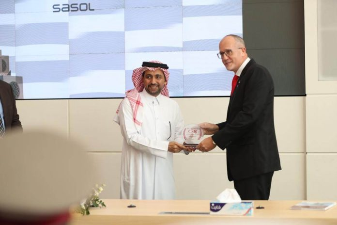 Rigard-Du-Plessis-Sasol-General-Manager-receiving-CSR-recognition-by-Qatar-University